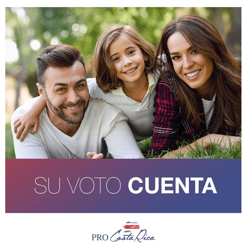 Foto de una familia: papá, hija y mamá todos sonriendo con una leyenda que dice Su voto cuenta